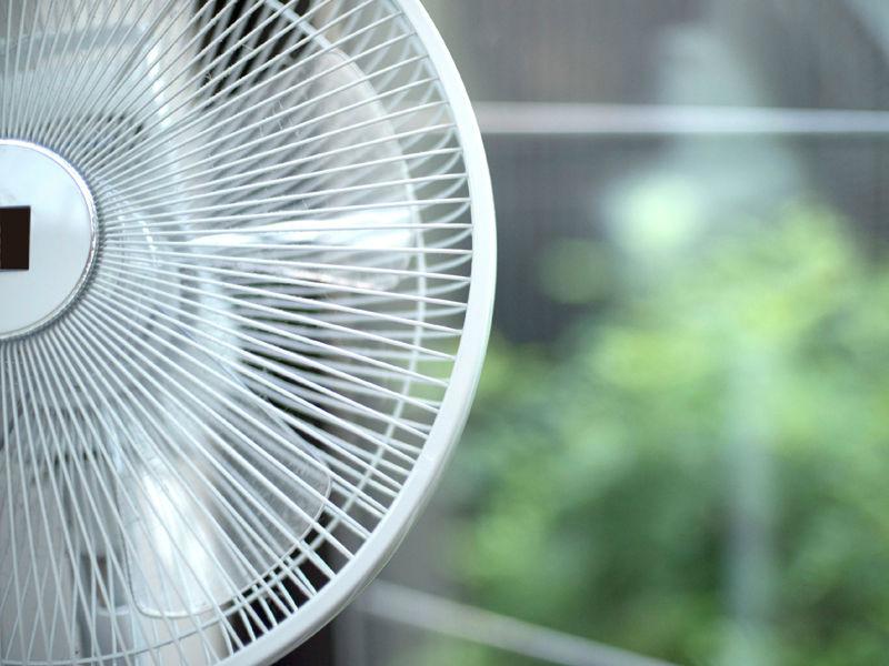 扇風機と夏の暑さのイメージ