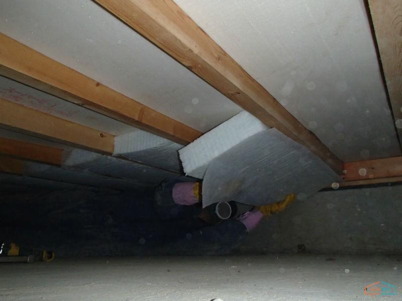 床下断熱材のはめこみ