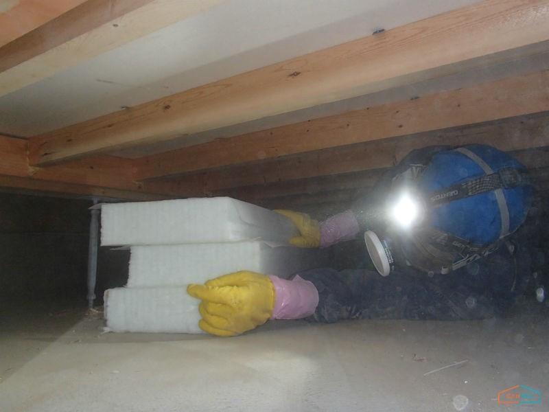 床下の断熱材搬入